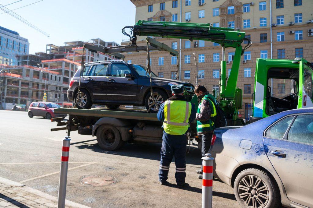 Могут ли эвакуировать машину при владельце?