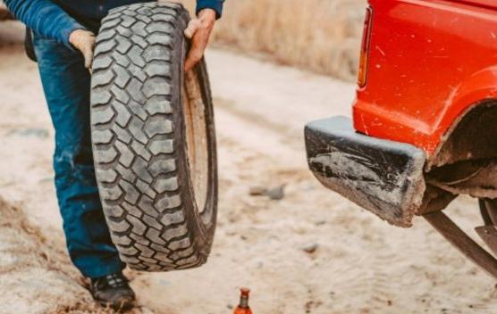 Замена колеса на обочине